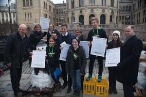 Barnas Klimapanel overrekker barns klimakrav utenfor Stortinget i Oslo. Foto: